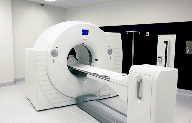 Rezonans magnetyczny a urządzenia elektroniczne, implanty i inne obiekty obecne w ciele